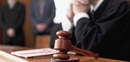 Сайёр судда судья ва ҳокимлик вакили «калла уриштирди»!