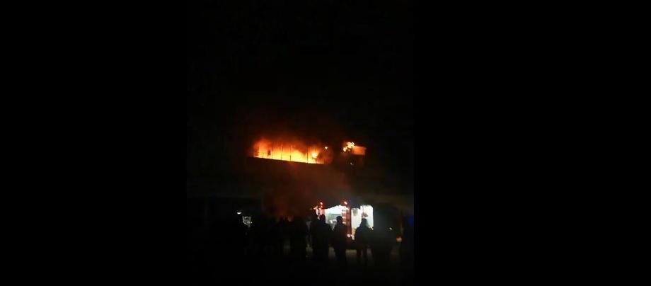 В 4 этажном торговом комплексе в Навои произошел пожар