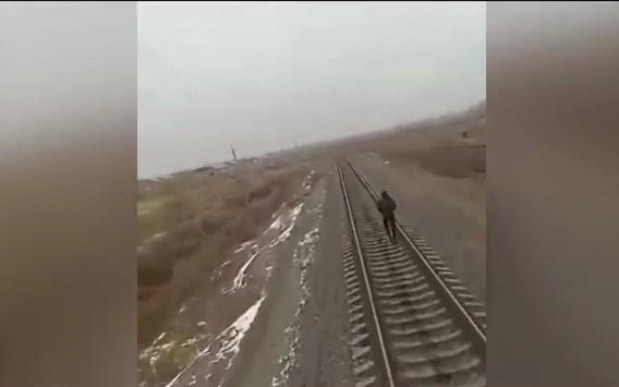 Нукусда ўсмирни поезд босиб кетди (видео)
