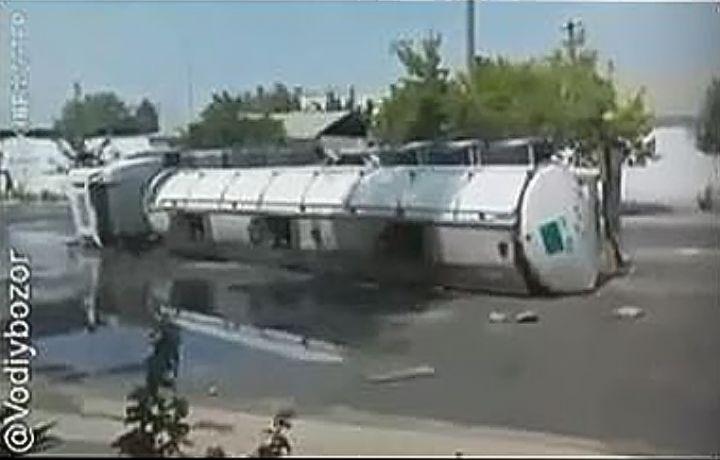 Андижонда спирт ташувчи катта юк машинаси ағдарилиб кетди (видео)